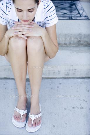 膝を抱えて座る女性の素材 [FYI00916098]