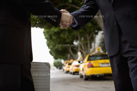 握手をしている手元の素材 [FYI00916160]