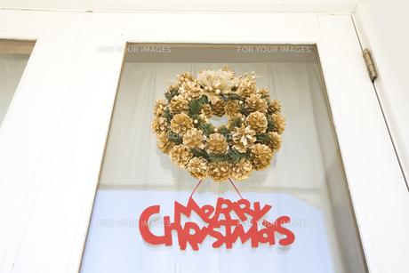 玄関のドアに付けたクリスマスリースの素材 [FYI00916290]