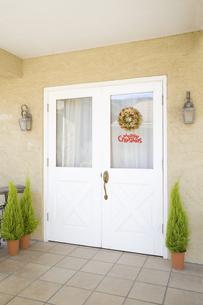 玄関のドアに付けたクリスマスリースの素材 [FYI00916298]