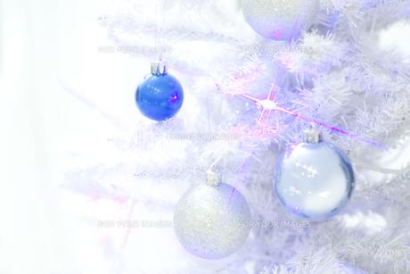 白いクリスマスツリーとオーナメントの素材 [FYI00916309]