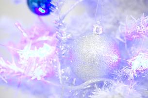白いクリスマスツリーとオーナメントの素材 [FYI00916319]