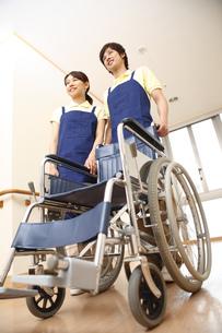 介護士と車椅子の素材 [FYI00916332]