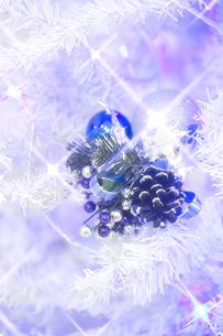白いクリスマスツリーとオーナメントの素材 [FYI00916349]