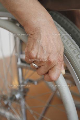 車椅子に掛ける手の素材 [FYI00916353]