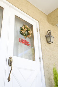 玄関のドアに付けたクリスマスリースの素材 [FYI00916395]