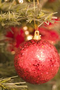 赤いクリスマスオーナメントの素材 [FYI00916407]