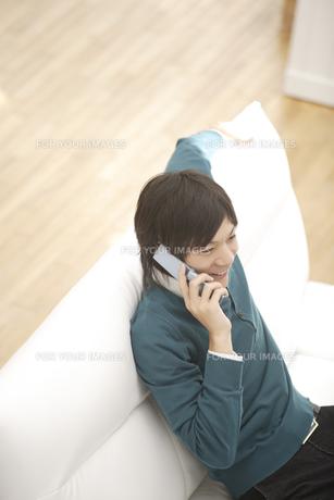 携帯電話で会話している男性の素材 [FYI00916427]