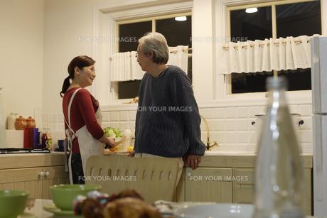 キッチンで会話する夫婦の素材 [FYI00916434]
