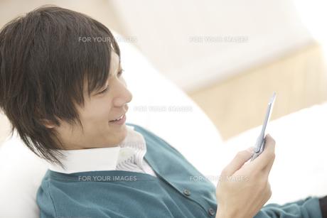 携帯電話を見ている男性の素材 [FYI00916458]