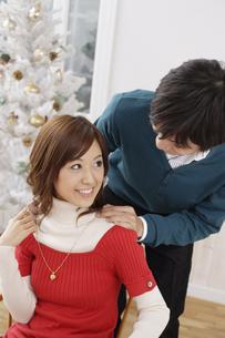 女性の肩に手を置く男性の素材 [FYI00916460]