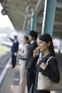 ホームで携帯電話をかける女性の素材 [FYI00916472]