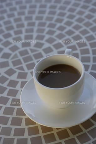 テーブルの上のコーヒーカップの素材 [FYI00916475]
