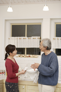 キッチンで会話している夫婦の素材 [FYI00916484]