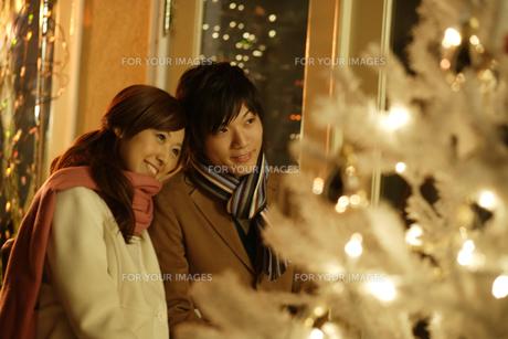 クリスマスに寄り添うカップルの素材 [FYI00916487]