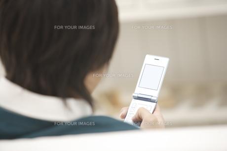 携帯電話を見ている男性の素材 [FYI00916494]