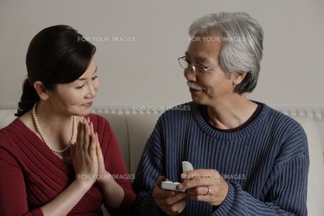 妻へのプレゼントを渡す夫の素材 [FYI00916502]