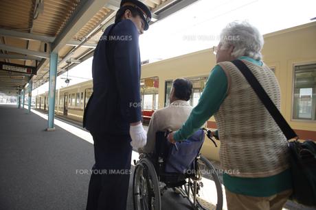 車椅子に乗ったシニア男性の素材 [FYI00916504]