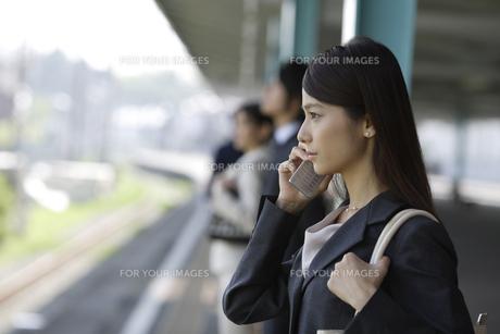 携帯電話を持ったOLの素材 [FYI00916507]