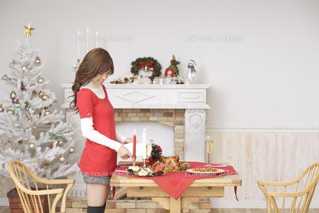 クリスマスディナーの準備をする女性の素材 [FYI00916509]