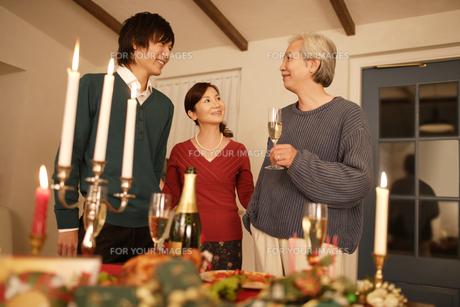 ディナーを楽しむ家族の素材 [FYI00916511]
