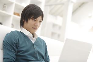 パソコンを見ている男性の素材 [FYI00916514]