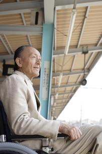 駅で電車を待つシニア夫婦の素材 [FYI00916540]