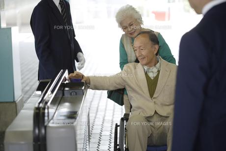 駅の改札を通るシニア夫婦の素材 [FYI00916542]