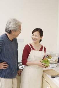 キッチンで会話している夫婦の素材 [FYI00916547]