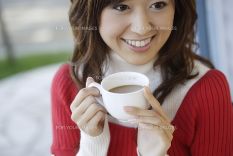 コーヒーカップを手に持った女性の素材 [FYI00916552]