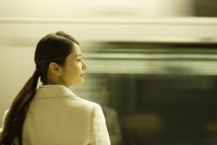 通過する列車と女性の素材 [FYI00916557]