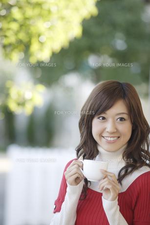コーヒーカップを手に持った女性の素材 [FYI00916559]