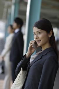 携帯電話で会話をするOLの素材 [FYI00916561]
