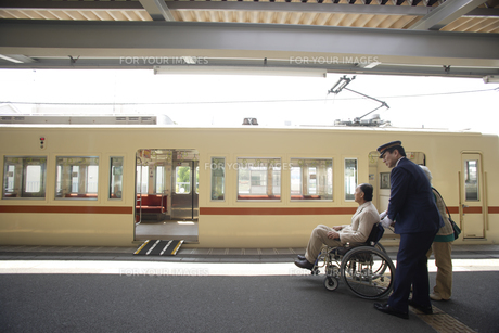 電車に乗ろうとしている車椅子のシニア男性の素材 [FYI00916571]