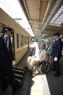 電車に乗ろうとしている車椅子のシニア男性の素材 [FYI00916580]