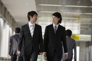 駅構内を歩くビジネスマンの素材 [FYI00916588]