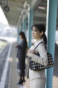 駅のホームで電車待ちをする女性の素材 [FYI00916592]