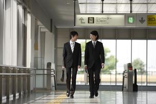 駅構内を歩くビジネスマンの素材 [FYI00916595]