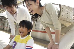 笑顔の3人家族の素材 [FYI00916597]