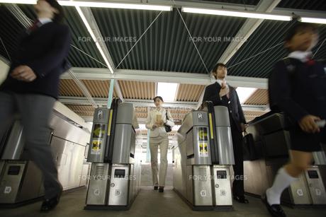 通勤時間に駅の改札を利用する人々の素材 [FYI00916608]