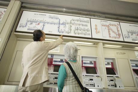 電車の路線図を見ているシニア夫婦の素材 [FYI00916610]