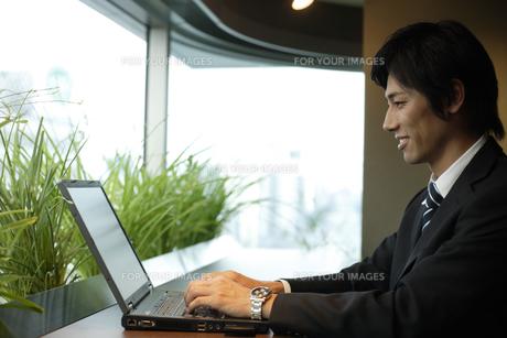 パソコンのキーボードを打つ男性の素材 [FYI00916622]