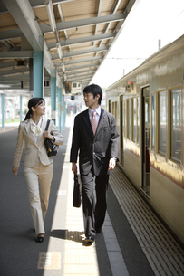 駅のホームを歩くビジネスマンとOLの素材 [FYI00916627]