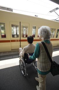 車椅子に乗ったシニア男性と女性の素材 [FYI00916631]