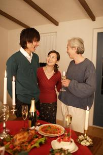 ディナーを楽しむ家族の素材 [FYI00916634]