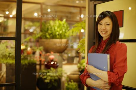 オフィスの入口に立つ女性の素材 [FYI00916636]