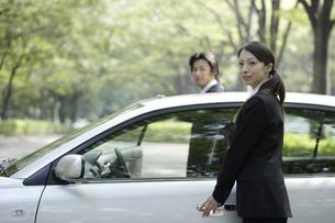 車の傍に立つ男女の素材 [FYI00916639]