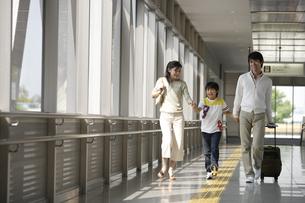 楽しそうに歩いている家族の素材 [FYI00916641]