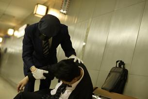 酔ったビジネスマンを介抱している駅員の素材 [FYI00916646]