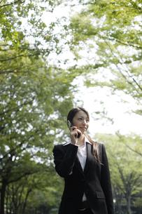 携帯電話で会話している女性の素材 [FYI00916648]